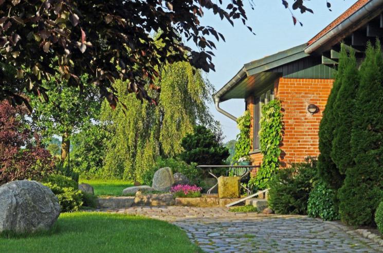 rustykalny ogrod - drzewa lisciaste